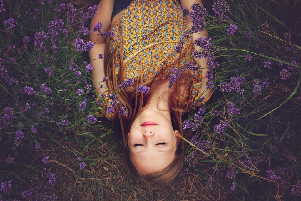 ラベンダーに眠る女性