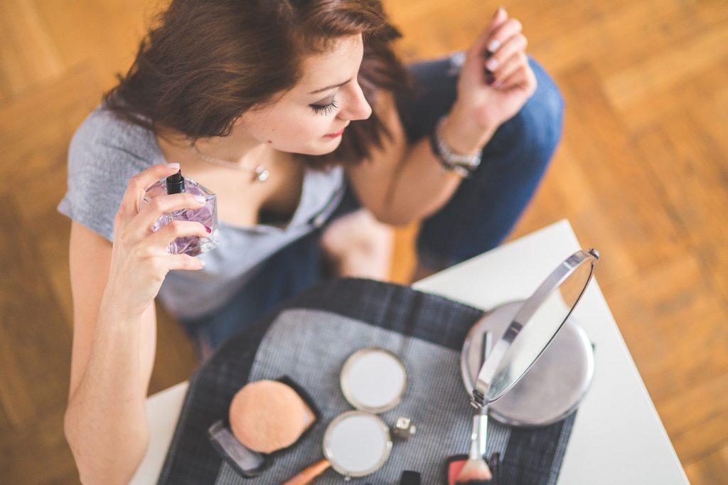 香水を付ける女性